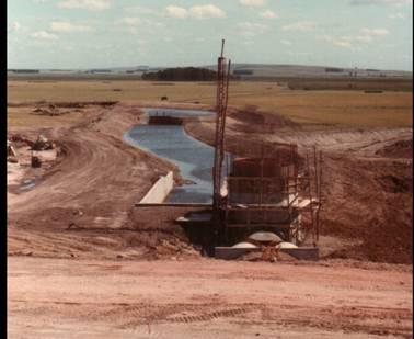 Comienza la construcción (II): vista de vertedero desde el dique de contención