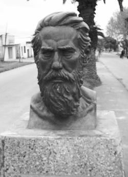 Monumento a Luciano Velázquez en la Avenida Artigas de la Villa