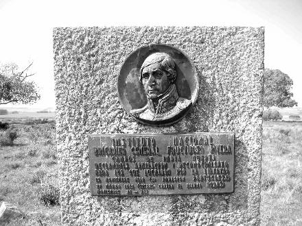 """Monolito en los campos de """"India Muerta"""" (Ruta 15 Km. 78)  recordando las batallas allí ocurridas."""