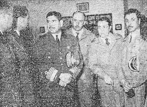 Brigadier mayor Samuel Guaicochea y otros oficiales argentinos intantes después de su llegada a Carrasco. Guaicoechea fue internado en Rocha.