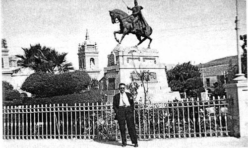 Páez Peña en Ayacucho, Perú (1957), al fondo Monumento a Sucre.