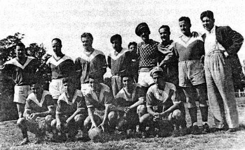 Páez Peña (primero de pie desde la derecha), como dirigente de fútbol