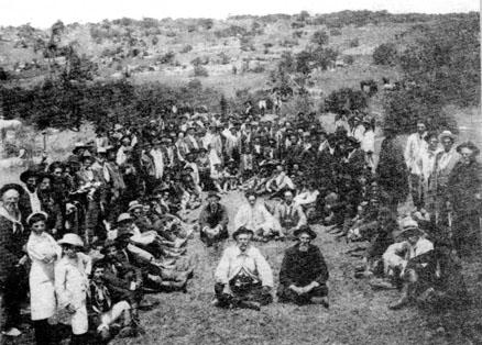 Concentración nacionalista en sierras de San Miguel, campaña para la Constituyente (1916).  En el centro a la der. Pereyra, a la izq. Domingo Cardoso, caudillo zonal.