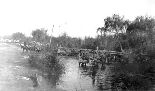 Viejo puente de madera sobre el arroyo Rocha