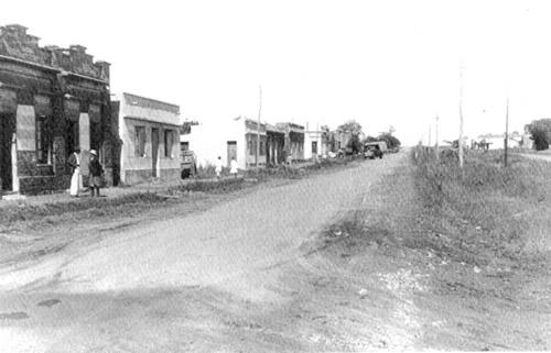 El Chuy en 1953: Avenida Brasil esquina Gral. Artigas donde hoy está  Cambio Gales. Foto tomada en dirección oeste, hacia la salida a Lascano