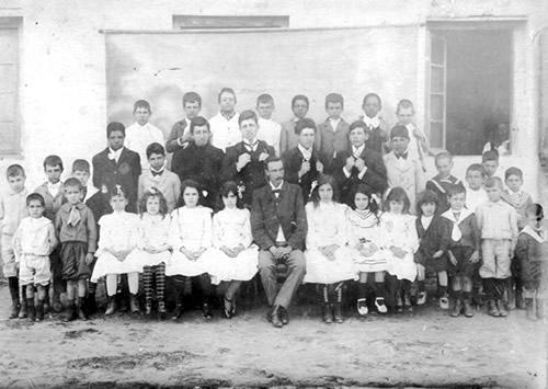 El maestro Elías Lizardo y sus alumnos en la primera escuela de Chuy (1905)