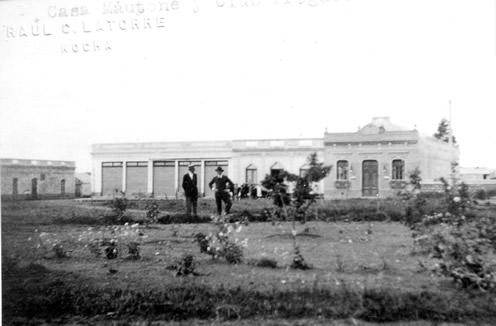 El segundo edificio propio del Club Progreso (a la derecha)   en su actual ubicación y la Plaza Gral. Artigas de Lascano (1916)