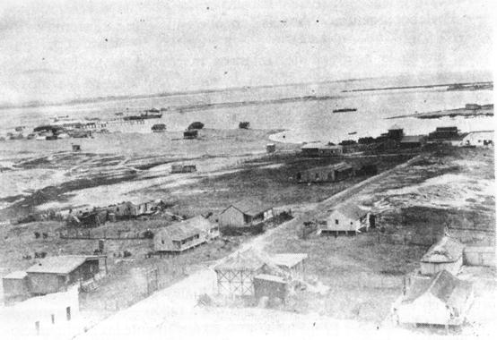 1900 Vista de La Paloma desde el Faro. Junto al muelle un  barco a vapor. Primera calle desde el Faro hasta la bahía chica. (*)