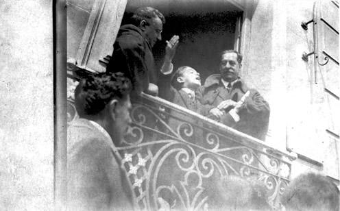 Alfredo Samuel Vigliola y Luis Alberto de Herrera flanquean a un efusivo niño orador desde los balcones del Club Progreso (1922)