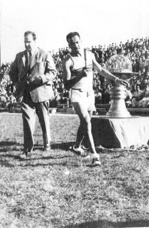 Elbio Mercado encendiendo el pebetero en la inauguración del Estadio Mario Sobrero (20/11/1955)
