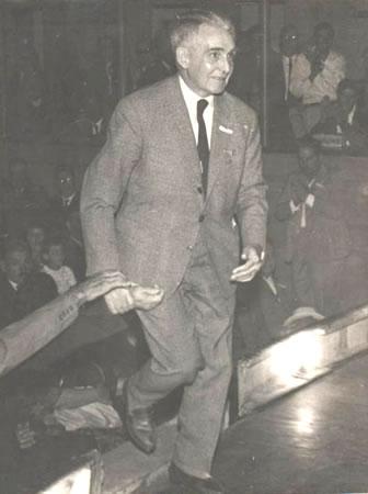 """Javier Barrios Amorín subiendo al estrado en el Teatro """"25 de Mayo"""" en el Congreso del 8 de marzo de 1964"""
