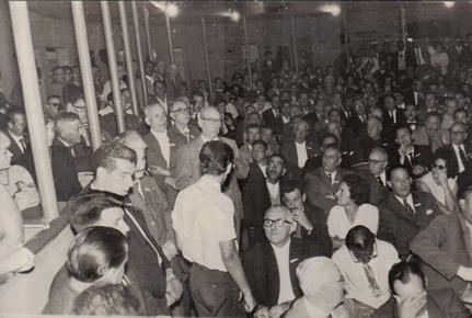 """Plano general del interior del Teatro """"25 de Mayo""""  en el congreso fundacional del 8 de marzo de 1964"""