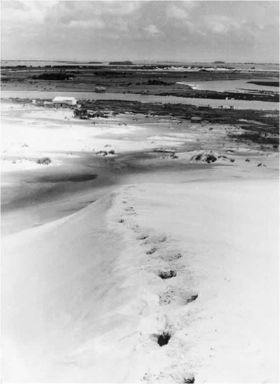 Las dunas y la barra del arroyo Valizas, cuando aún no existía el rancherío (aprox. 1950)