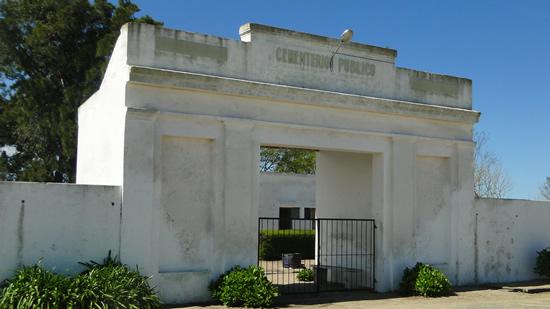 Fachada de la portada del cementerio local