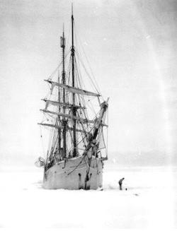 """El """"Bélgica"""" atrapado entre los hielos, según el lente de Frederick Cook,  médico y fotógrafo de la expedición"""