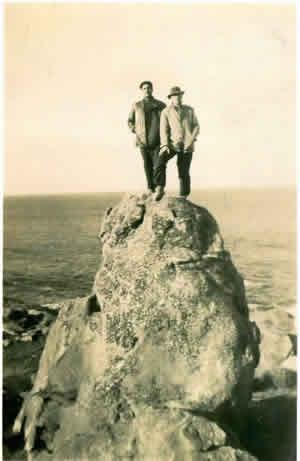 """Alfredo Olloniego y Joselo Luna en la piedra  que don Jacinto llamaba: """"El Vigía"""".  Vacaciones de julio de 1945."""