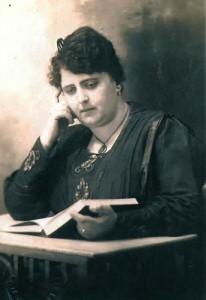 Srta. María Gatti Dinegri. 1ª Jefe de Correos y Telégrafo  para el pueblo 18 de Julio