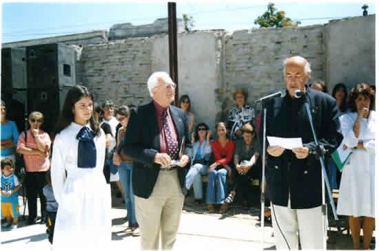 Entrega de distinción al mejor compañero 6to. Año de promoción 2003, en  Escuela Nº 2, Varela, la hacen los socios Juan Ángel Féola y Oscar Bruno.