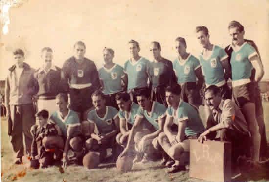 Selección de Rocha campeón del Interior 1954. Parados. Pereyra (Ay), Revelez (K), F. Alemán, R. Acosta, D. Prieto, J.M. Vera, M. Rivas, N. González, Prof. Rivoir (semi tapado) y LUIS ALBERTO MUÑOZ. Hincados: J. Aguirre, S. González, W. Vilizzio, J.M. González, F.E. Longeau y W. Acosta (K), la mascota Q. Nogueira.
