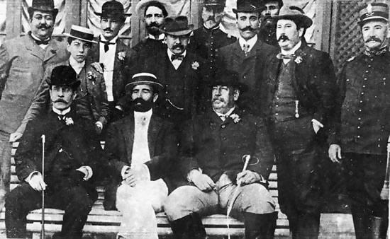 Williman (primero sentado a la izquierda) y  Batlle y Ordoñez (primero sentado a la derecha)
