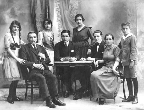 Don Ramón y Doña Laura con sus hijos de izq. a der.  Blanca, Laura, Daoiz, Antonia, Velarde y Ruiz