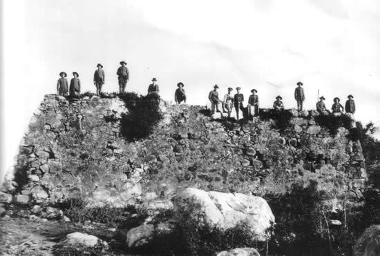 El Presidente Brum y su comitiva sobre las entonces ruinas de San Miguel