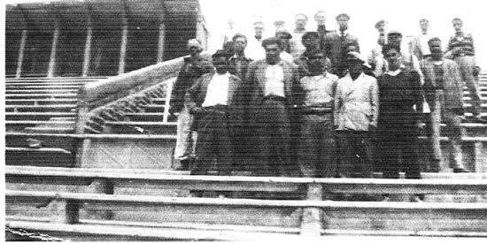 Grupo de obreros en las gradas en construcción