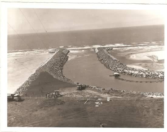 Construcción del dique de hormigón que fijó definitivamente la línea en la barra del arroyo Chuy con el océano (1978)