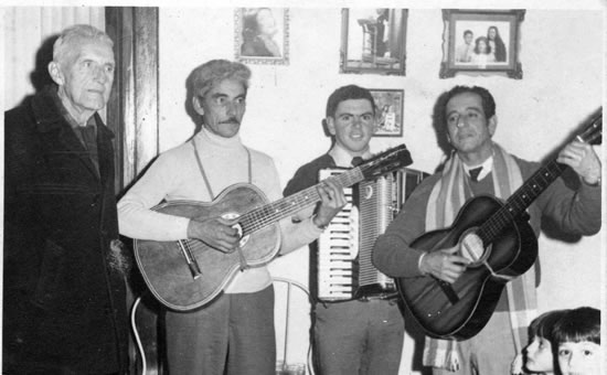 Un 16 de Julio, día de su cumpleaños, agasajado por músicos amigos