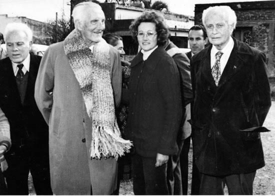 El día que entró al nomenclator lascanense, junto al doctor César L.  Gallardo, amigo de la juventud montevideana, y la señora Edith Gonnet.