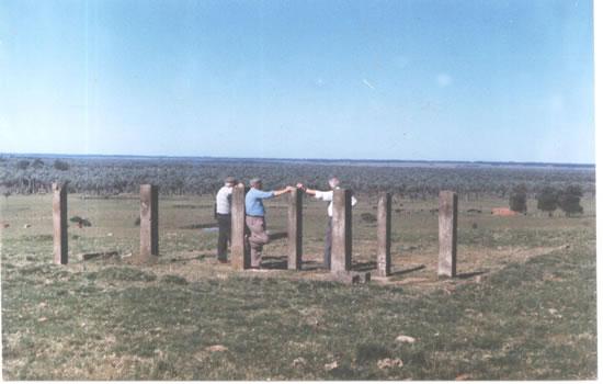 """Beltran Pérez, Nelson Isidoro Rocha y Jesús Perdomo en los restos de la antigua fábrica """"Hot Palm"""" en paraje """"Paso del Bañado"""", proximidades de Castillos."""