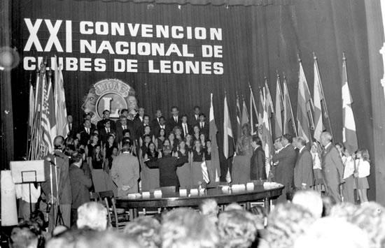 10 de abril de 1975. Ceremonia inaugural  de  la  XXI Convención Nacional de Clubes de Leones del Uruguay, en el  Teatro 25 de Mayo de la ciudad de Rocha. Interpretación del Himno Nacional por el Coro Municipal de Rocha.  En esta culminó su mandato como Gobernador del Distrito J3 del  Leonismo Nacional el compañero del Club de Rocha, León Fundador  Químico Farmacéutico Santiago Pradere Machado.