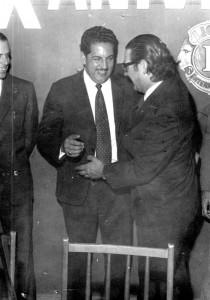 """Entrega de los Cheurones """"Monarca Fundador"""", a los leones Pablo Enrique Pertusso Fierro, Ángel  Rocca López y Elio López Arce por parte del autor, presidente entonces del Club."""