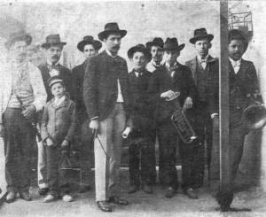 Banda Popular de Castillos. (De izquierda a derecha): Tomás Silva Ledesma (clarinete); Nicolás D'Elía (clarinete); niño Homero Prieto (triángulo); Prudencio José Díaz (saxofón); Francisco Caprio (trombón); Vicente Juaní (saxofón); Eduardo Amonte (trompa), Bernardino Velázquez (trompa) y Fernando Acosta (bajo). Director: Belarmino Faget.