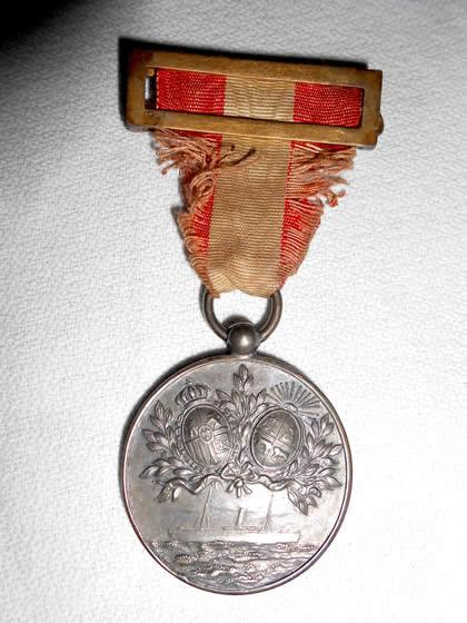 """Medalla de reconocimiento de las sociedades españolas a los que actuaron en ayuda de los náufragos del """"Poitou"""", una de ellas entregada a Falco"""