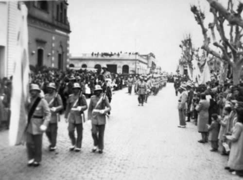 Festejo patrio frente a los adoquines en la calle 25 de Agosto casi Gral. Artigas. (Fachada de la antigua Iglesia)