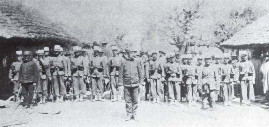 Soldados de la escolta en el casco de Silveira