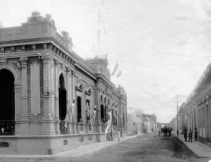 El Palacio Municipal y Gral. Artigas luciendo sus noveles  veredas, cordones y el adoquinado