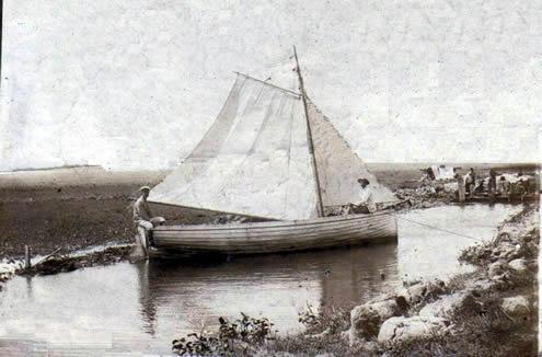 """El bote a vela """"Ala Blanca"""", del Ingeniero Luis Andreoni, en el canal que se construía en los Bañados de Santa Teresa. Fotografía del año 1909.  Archivo del autor."""