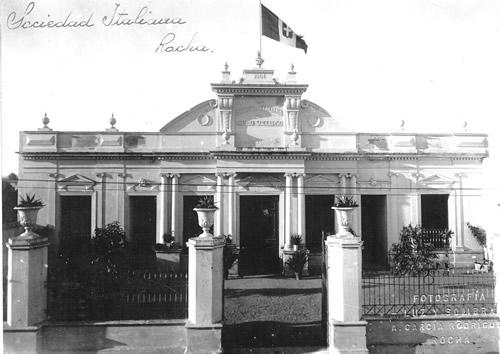 La fachada a inicios del S. XX en todo su esplendor luce la bandera de la monarquía