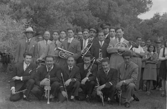 """La inauguración de la luz eléctrica en Chuy y 18 de Julio se realizó el 11 de octubre de 1947. Fue un día festivo donde, entre otras cosas, actuó la banda Municipal de Castillos. Esta fotografía fue tomada en """"El Boquerón"""" próximo al Fuerte de San Miguel"""