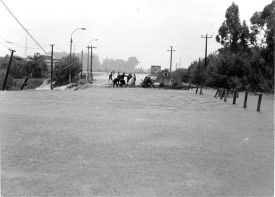 Puente de entrada al Balnario en el día de su derrumbe (15 de agosto de 1986)