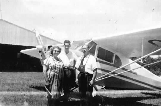 Salvador Díez, su esposa y su hijo Rivera en el Aeroclub de Rocha